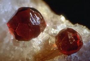 Альмандин камень фото